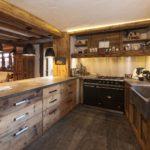 Дизайн кухни в частном доме рустик мойка у окна