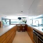 Дизайн кухни в частном доме с панорамными окнами