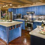 Дизайн кухни в частном доме в провансальском стиле с гарнитуром лавандового цвета