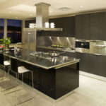 Дизайн кухни в частном доме вытяжка над островом