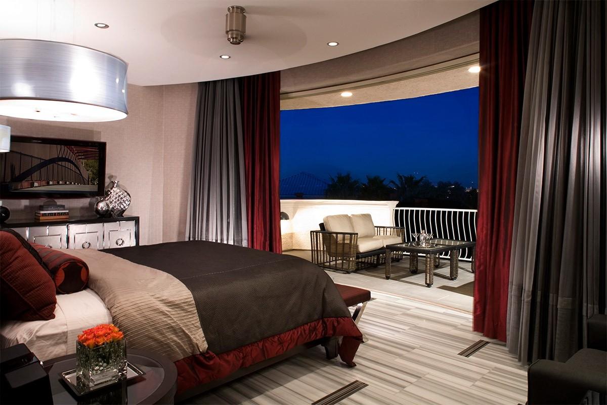 спальня с балконом в темных тонах