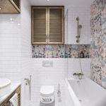 Дизайн ванной комнаты в хрущевке панно с цветочным рисунком