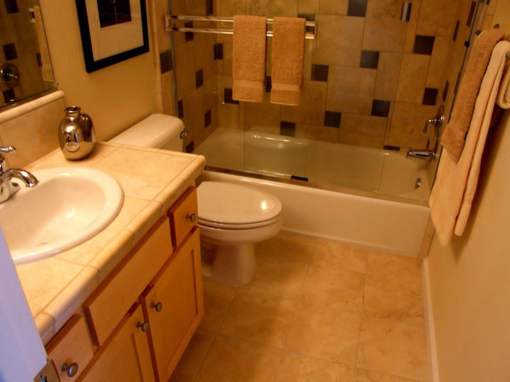 Дизайн ванной комнаты в хрущевке с туалетным столиком