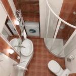 Дизайн ванной комнаты в хрущевке с узкой раковиной и душевой