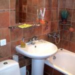 Дизайн ванной комнаты в хрущевке в красно-коричневых тонах