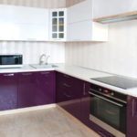 Фиолетовая кухня с белым