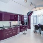 Фиолетовая кухня с черными стульями