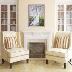 Картины в интерьере гостиной белого цвета с картиной над камином