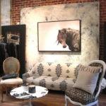 Картины в интерьере гостиной лошадь по фен-шуй в стиле лофт