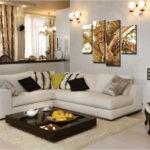 Картины в интерьере гостиной над угловым диваном