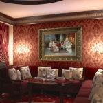 Картины в интерьере гостиной с массивным багетом