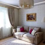 Картины в интерьере гостиной с невысоким потолком