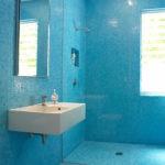 керамическая плитка для ванной голубая
