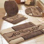Коричневые коврики для бежевой ванной