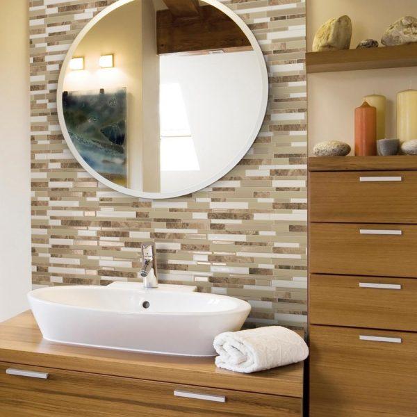 Круглое зеркало для бежевой ванной