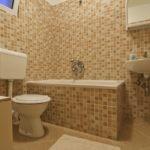 Разные оттенки бежевой плитки для дизайна ванной