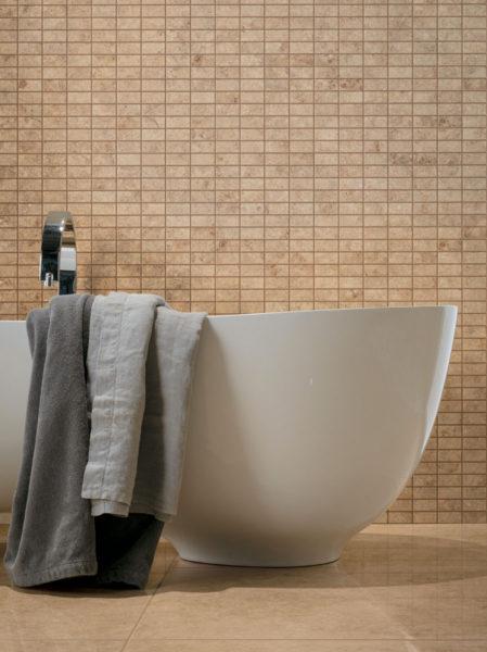 Бежевая плитка и серые детали в ванной комнате
