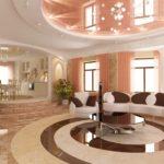Оформление гостиной частного дома с мраморным полом