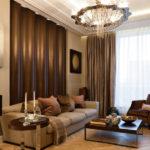 Оформление гостиной с бежевыми стенами и шелковыми занавесками