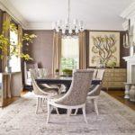 Оформление классической гостиной в светло-бежевых тонах и белом цвете