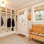 Оформление прихожей в классическом стиле с трехъярусным нишевым шкафом