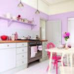 Нежно-фиолетовая кухня со стульями