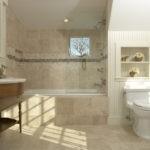 Просторная бежевая ванная комната