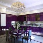 Фиолетовая кухня с лампой