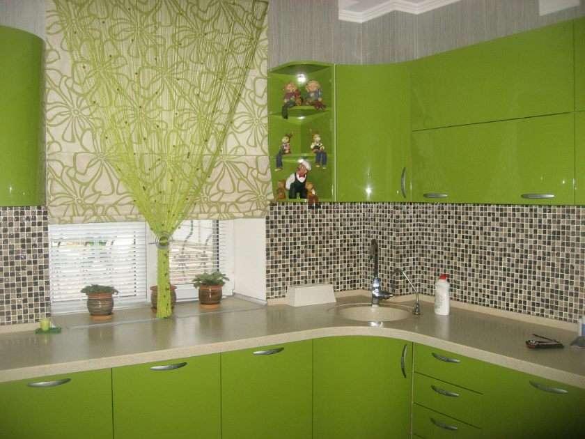 шторы в зеленой кухне