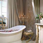 Современный дизайн ванной комнаты арт-деко и канделябр с позолотой