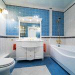Современный дизайн ванной комнаты классика в голубых цветах с позолотой