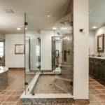 Современный дизайн ванной комнаты с использованием искусственного камня