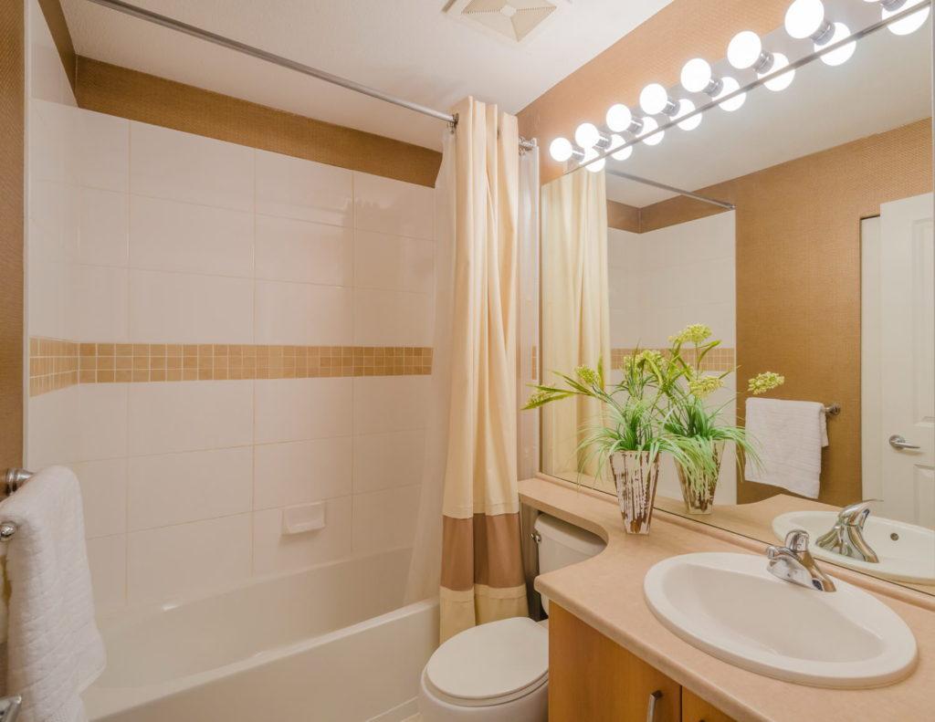 Современный дизайн ванной комнаты широкие зеркала