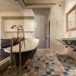 Современный дизайн ванной комнаты в стиле модерн с позолотой