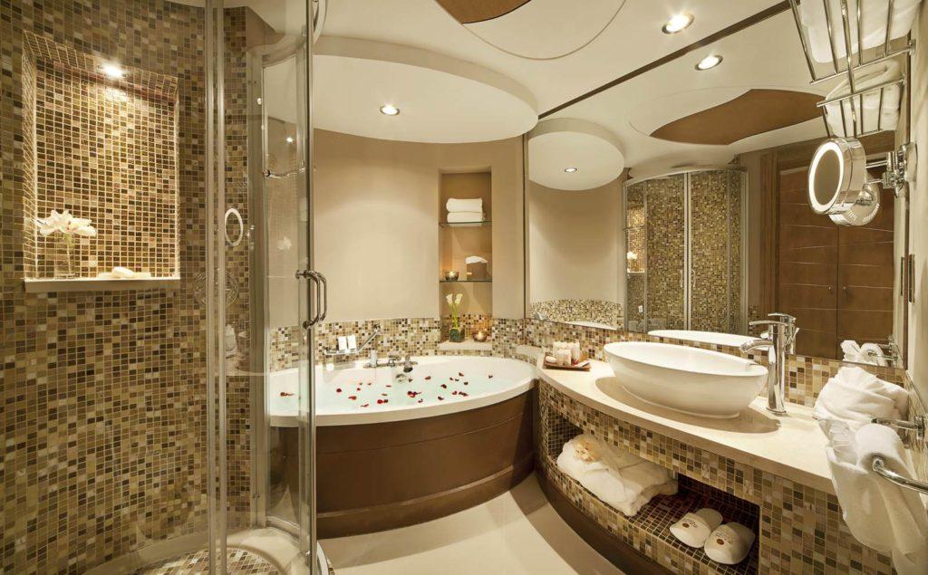 Современный дизайн ванной сочетает различные материалы