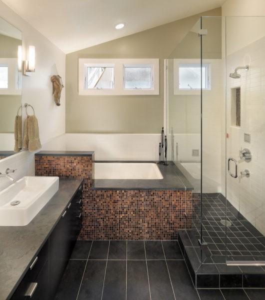 Стильная бежевая ванная комната с черным полом