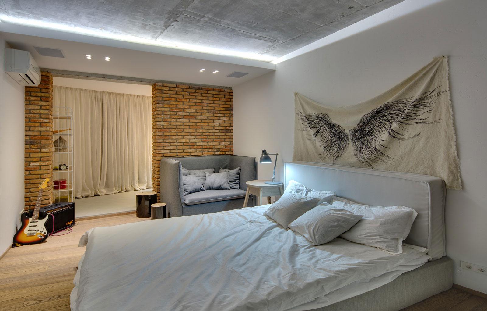 стильный дизайн спальни с балконом