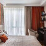пример яркого дизайна спальной комнаты в хрущевке картинка