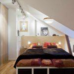 пример яркого дизайна спальной комнаты в мансарде картинка