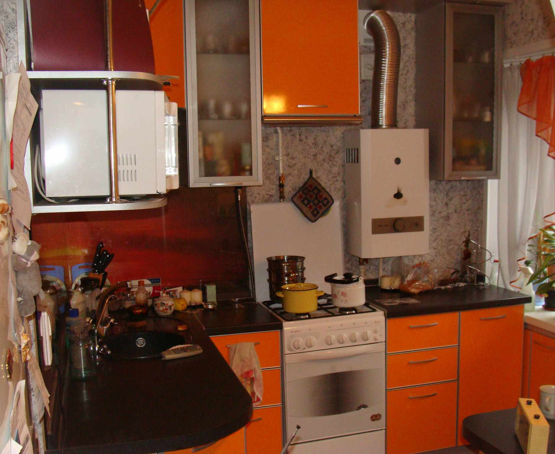 вариант яркого интерьера кухни с газовым котлом