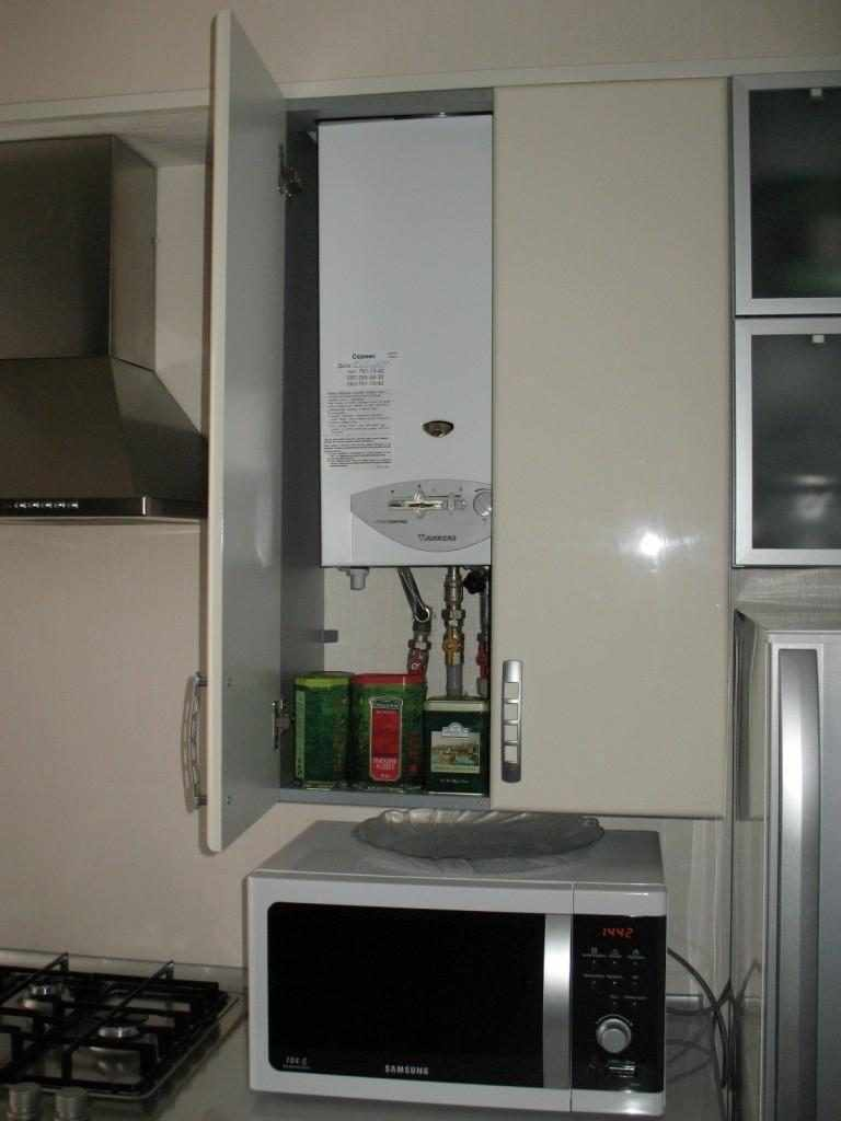 пример светлого декора кухни с газовым котлом