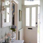 идея яркого интерьера прихожей комнаты в частном доме картинка