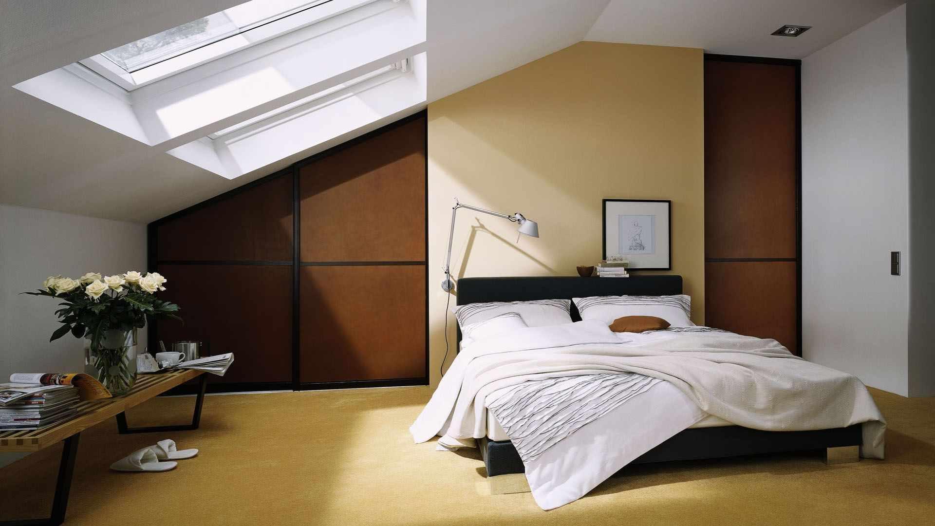 вариант светлого дизайна спальни в мансарде