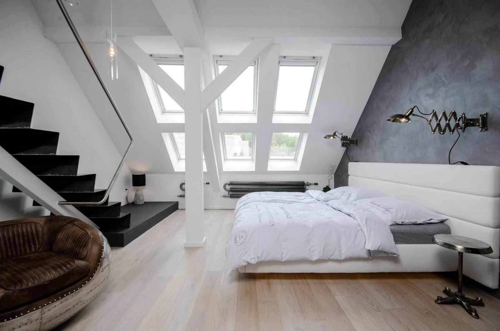 идея необычного стиля спальни в мансарде