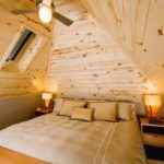 вариант необычного интерьера спальни в мансарде картинка