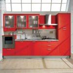 вариант светлого интерьера красной кухни картинка