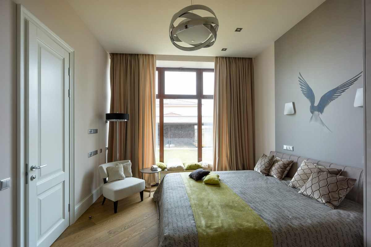 пример светлого интерьера спальной комнаты в хрущевке