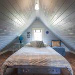 пример светлого интерьера спальни в мансарде фото