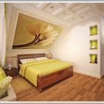 вариант яркого декора спальни в мансарде картинка