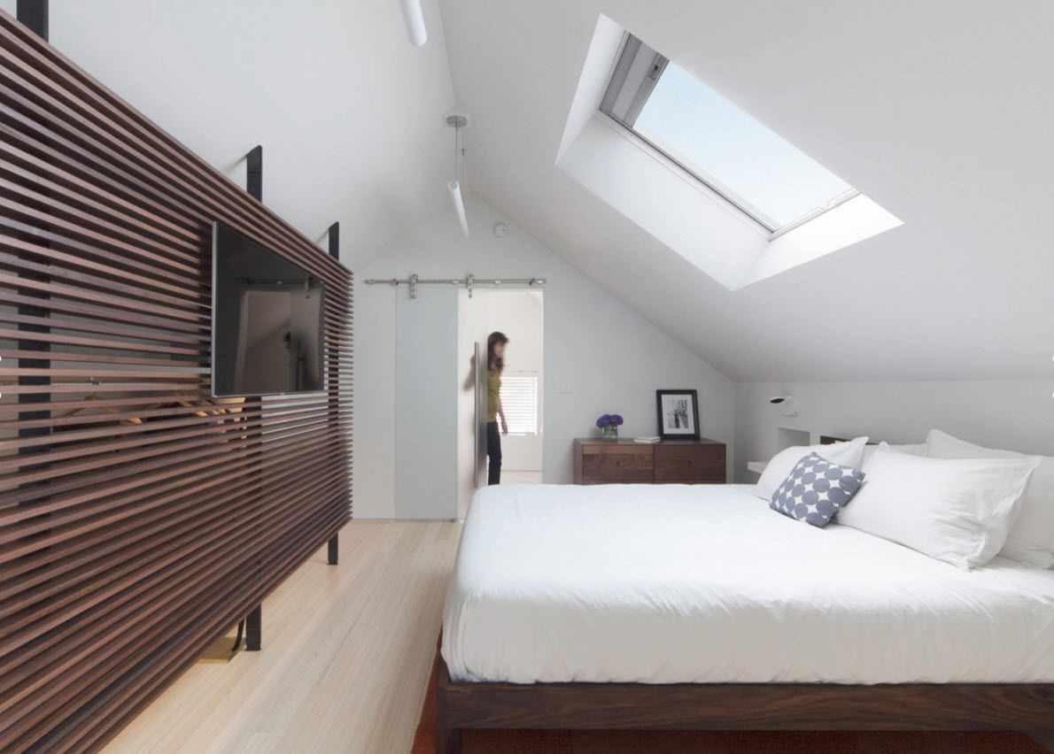 пример светлого интерьера спальни в мансарде